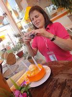 Barbara mit Mango-Dessert beim Fotografieren