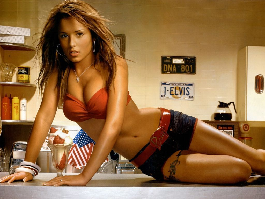 http://3.bp.blogspot.com/-_SQUeiSgohY/TqrSXRyDE3I/AAAAAAAAAyw/34dfuto-xtA/s1600/Cheryl-Cole-Tweedy-swimwear-bikini-beach-wear-singer.jpg