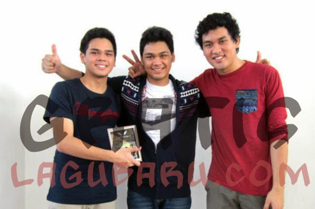 Download Lagu The Overtunes - Jatuh Dari Surga (Ost. Film Miracle MP3)
