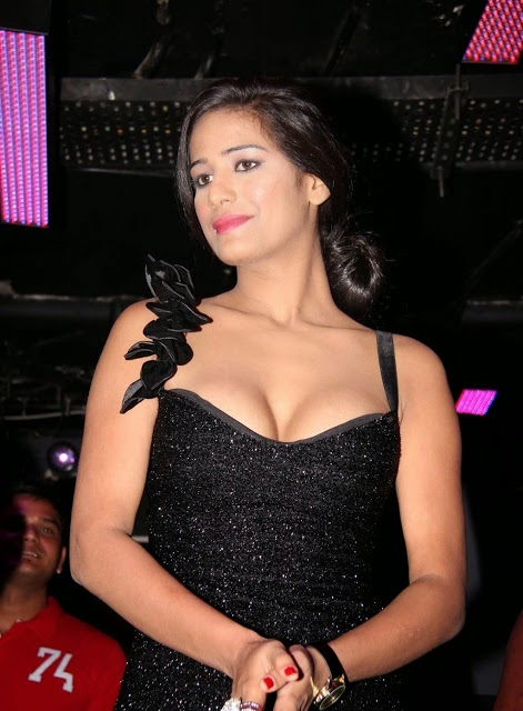 poonam pandey deep cleavage images