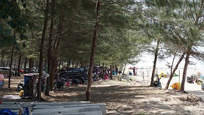 Keramaian Pantai Lamaru pada hari Minggu