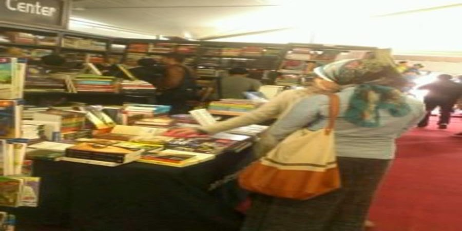 شباب يزورون معرض مكتبة الإسكندرية الدولي للكتاب