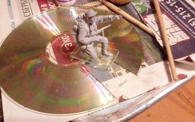 Вырезаем подставку для модели из компакт-диска