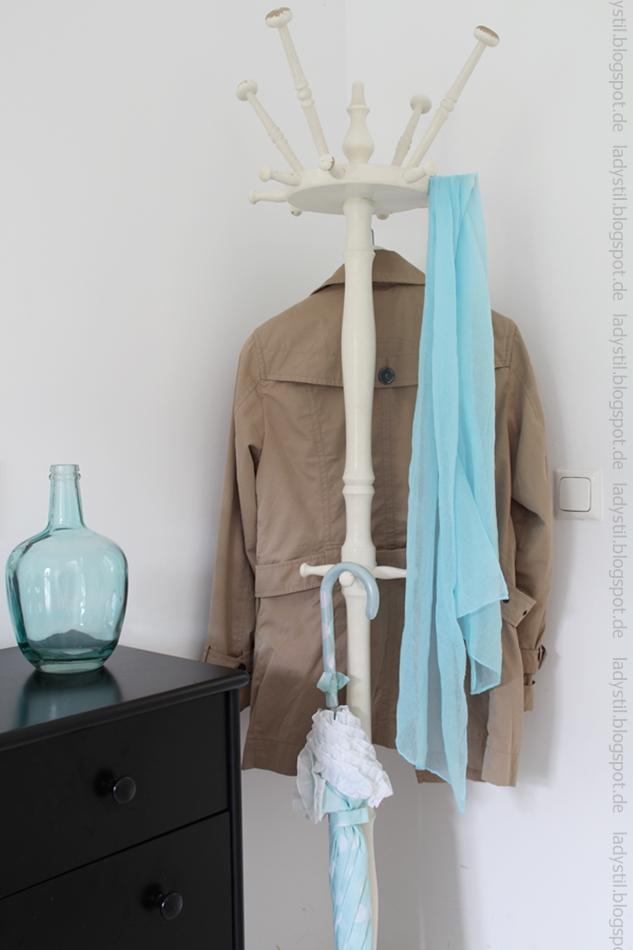 antiker Garderobenständer mit Trenchcoat und türkisem Schal