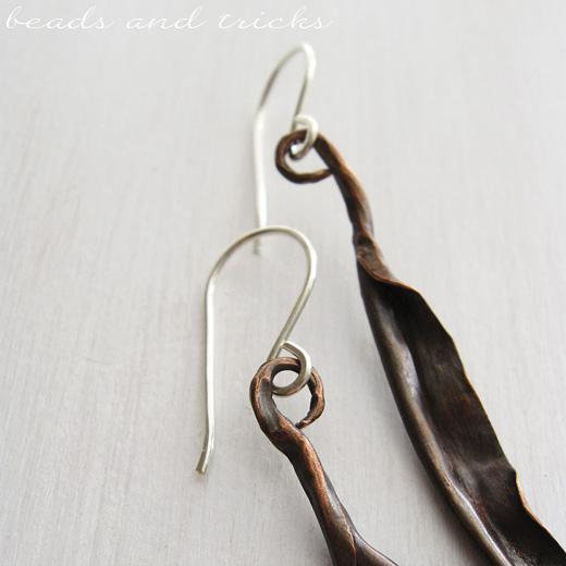 Orecchini in rame forgiato a mano e argento 925 con perle.