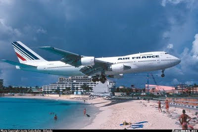 Aeroporto Internacional Princesa Juliana Aeroporto é encostado na praia