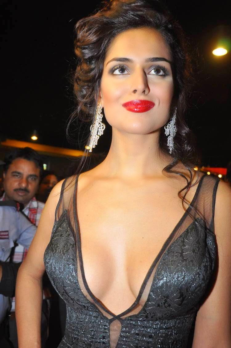 Nathalia Kaur - Extreme Hot Cleavage Show photos