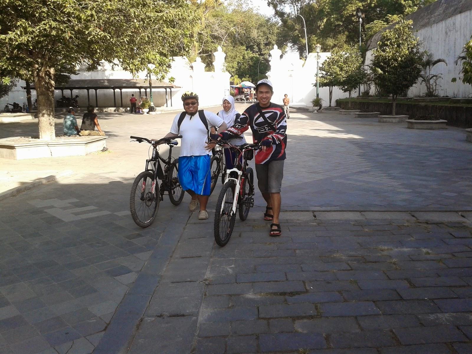 Menuntun sepeda diarea keraton Yogyakarta