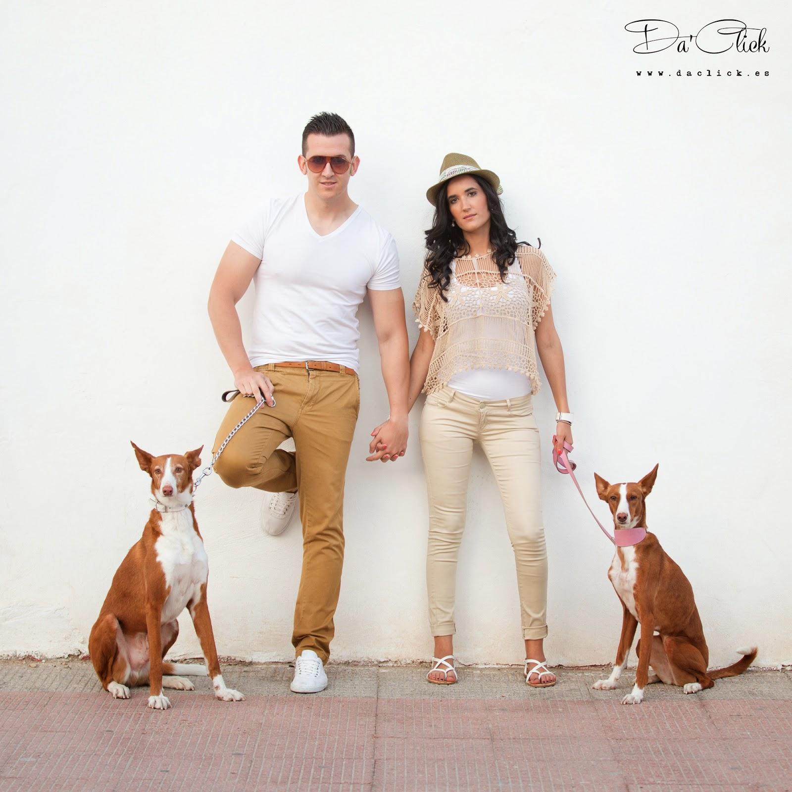 pareja de novios con perros