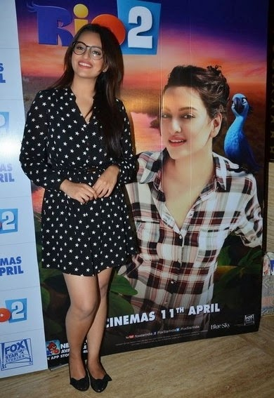 http://3.bp.blogspot.com/-_VV3RhtiH4U/U0OJTsZa4cI/AAAAAAAAnwo/biIiPz-9JxM/s1600/Sonakshi+Sinha+in+shorts+at+Rio+2+screening+Hot+Images+(3).jpg