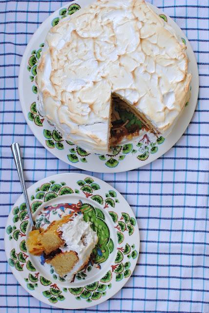 recept, tårta, midsommar, marängtäcke, tranbär, kolasås