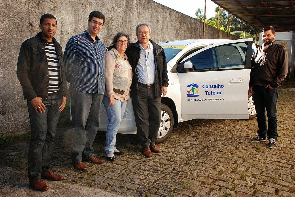 Na entrega do veículo ao Conselho Tutelar, os secretários municipais Leonardo Vasconcellos e Graça Granito com os conselheiros Djair Marcelino, João Valfran e Rodrigo Ribeiro