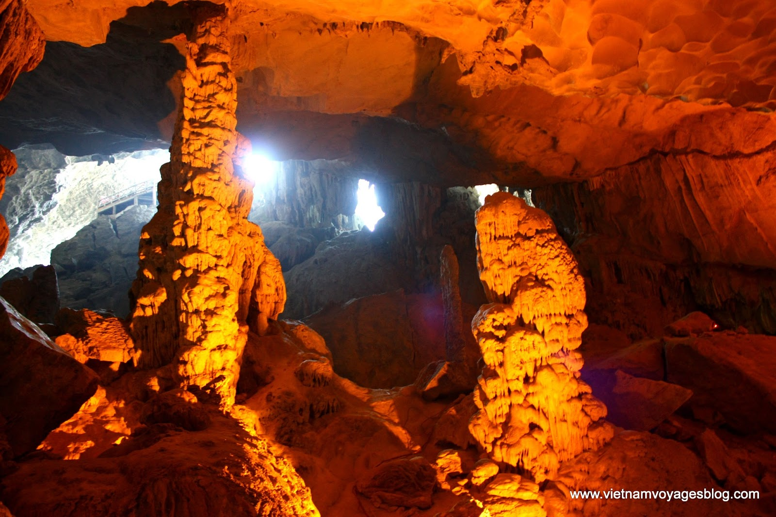 Khám phá vẻ đẹp ấn tượng của hang Sửng Sốt ở Hạ Long