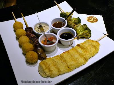Su Espeto Bistrot: Os Espetos de Bolinho de Camarão, de Filé com Bacon, de Brócolis e de Pão com Quatro Queijos