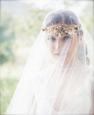 Diadema dorada para novia de Helena Mareque