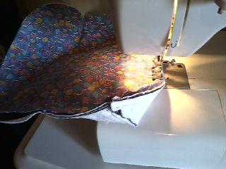 Comece a costurar a bolsa pelo fundo deixando um espaço de uns 10cm