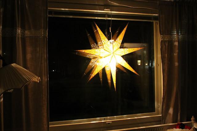 valaisimet, jouluvalo, joulutähti, tähtivalaisin, verhot, puusohva, jalkalamppu