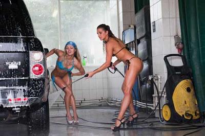 Tempat Cuci Mobil Dengan Wanita Cantik Berbikini