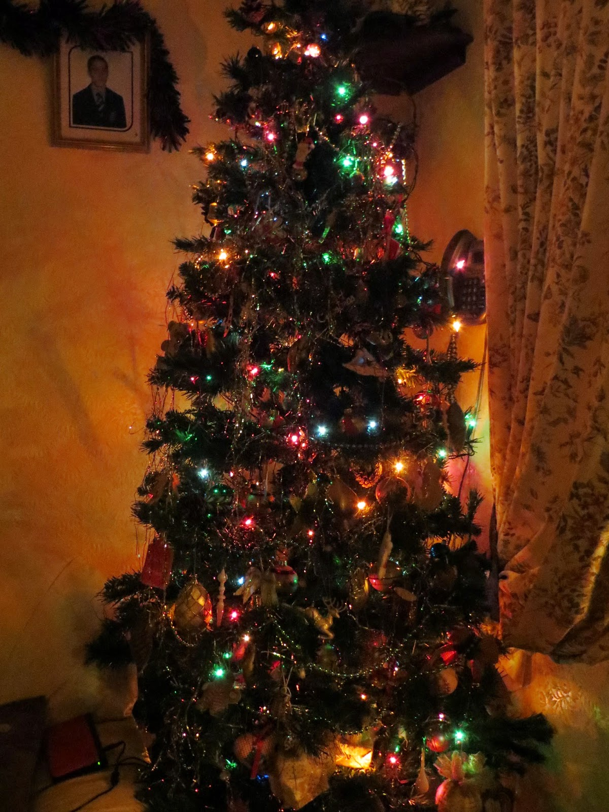The tree all decorated and twinkly!.