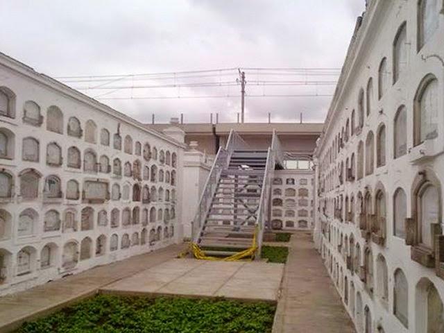 escalera del metro dentro de cementerio presbítero maestro en lima