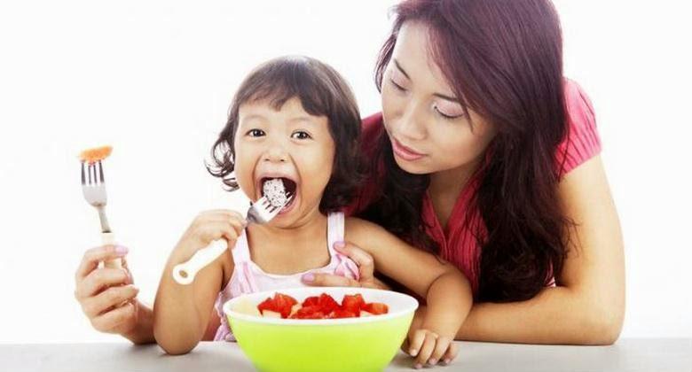 Jangan Membiarkan Anak Makan Sambil Lari