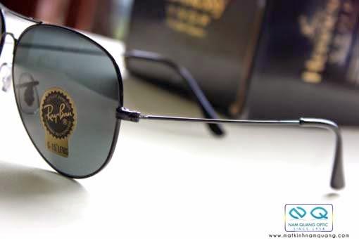 Khi cầm kính rayban, gọng kính cận rayban thì bạn sẽ cảm thấy chắc chắn, đeo vào nhìn ra trời nắng mắt không có cảm giác khó chịu.