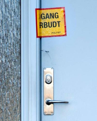 'Adgang forbudt, politiet' på hoveddøren fra medlidenhedsdrab/selvmord på Lundsbjergvej, Ferritslev