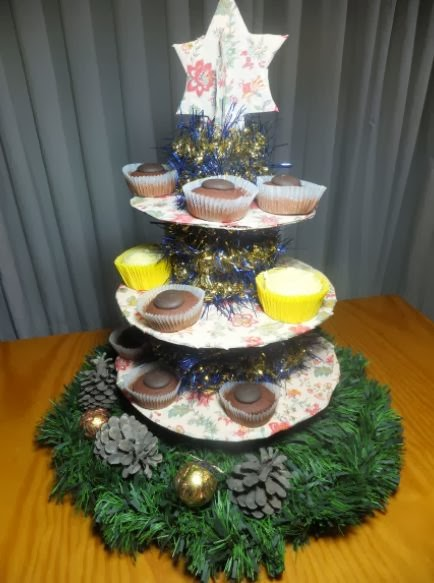 http://decoratetumisma.blogspot.com.es/2013/11/expositor-de-dulces-cupcakes-etc-para.html