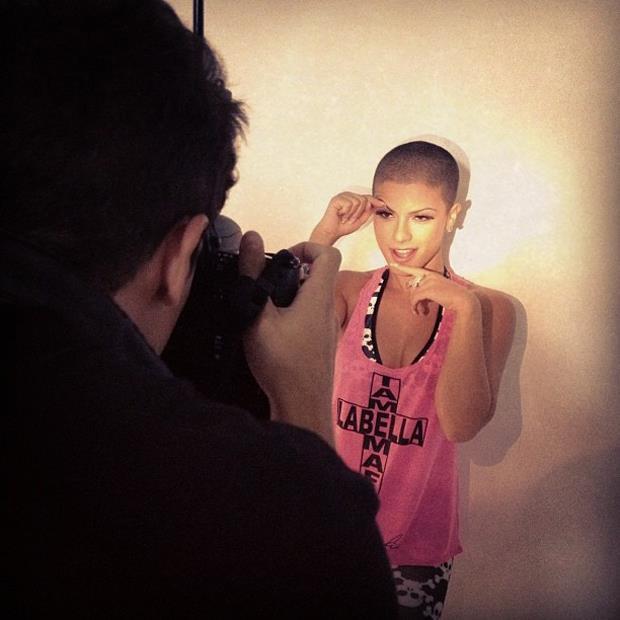 Babi Rossi fazendo caras e bocas durante ensaio fotográfico