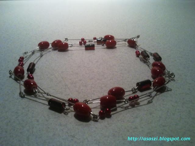Czerwone koraliki na drucie