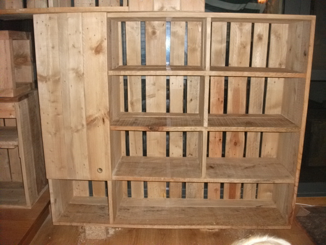 Renovarte con palets librerias estanteria mostradores y for Madera para palets
