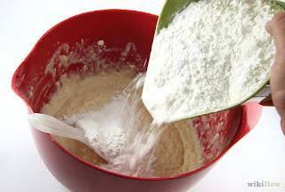 campurkan tepung dengan telur