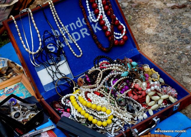 targ starocie handel Warszawa Wola stadion sportowy walizka korale naszyjniki biżuteria
