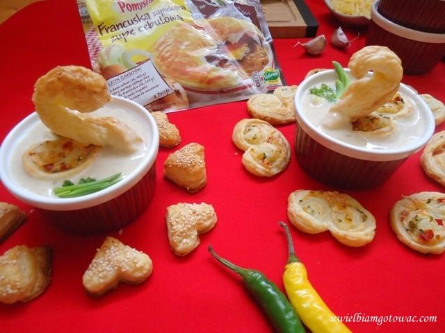 Kremowa zupa cebulowo-serowa z pikantnymi palmierami