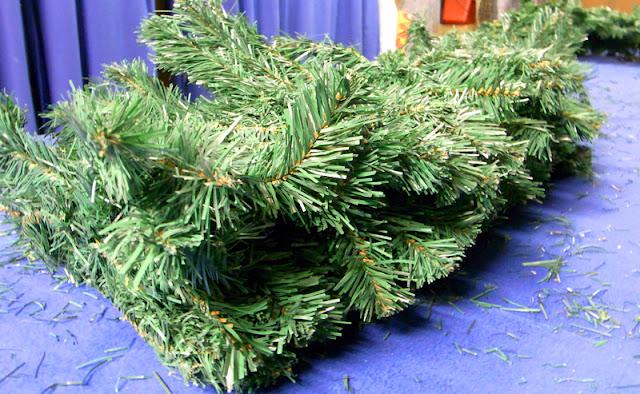 Tannengirlande für Weihnachten, frisch aus der Verpckung - dem Karton
