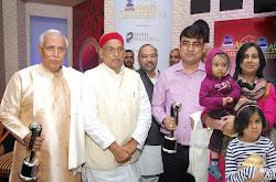 अवध सम्मान प्राप्त करने के बाद उ.प्र. विधानसभा अध्यक्ष श्री माता प्रसाद पाण्डेय के साथ सपरिवार