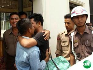 ႏိုင္ငံေတာ္သမၼတရဲ႕ လြတ္ၿငိမ္းခ်မ္းသာခြင့္အမိန္႔နဲ႔ အင္းစိန္ေထာင္က လြတ္ေျမာက္လာတဲ့ ႏိုင္ငံေရး အက်ဥ္းသားမ်ားကို လာႀကိဳသူမ်ားနဲ႔အတူ ေတြ႕ရပံု။ photo: RFA/ Kyaw Zawe Win