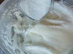 Prajitura cu blat din nuca si visine - cu crema preparare reteta