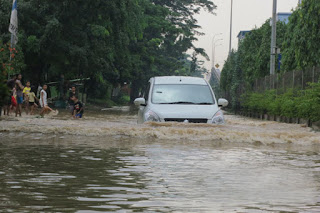 ertiga menerjang banjir