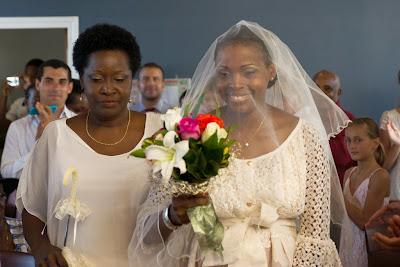 la mariée entre dans la salle des mariages - mairie du Gosier