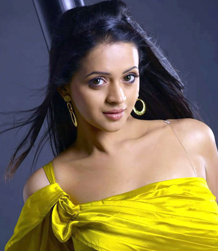 Bhavana latest hot navel and cleavage show in saree photos ...