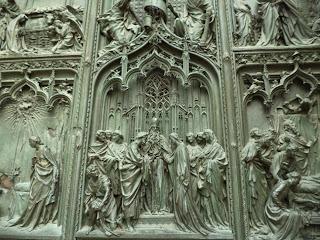 Detalle realizado en bronce en la puerta frontal del Duomo de Milan