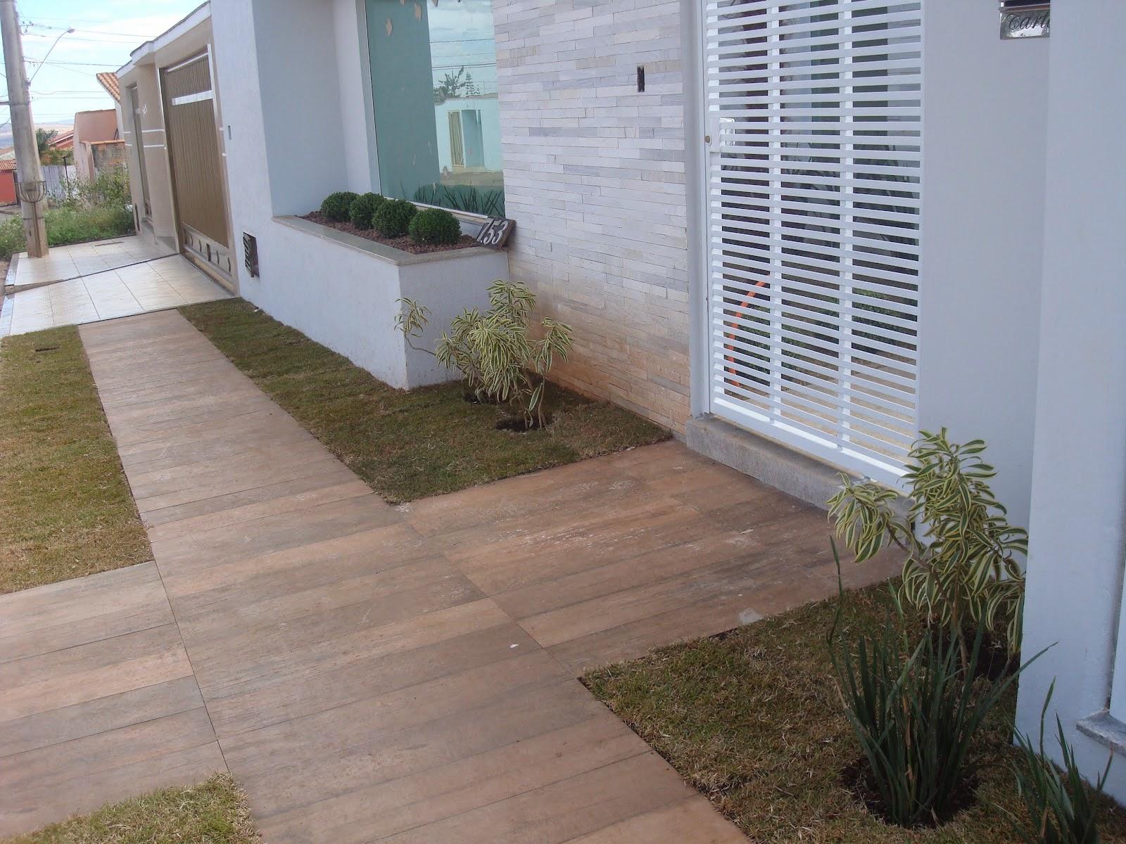 #5D4D3B  Residenciais Modernas com Paisagismo! Veja Dicas de Pisos e Pedras 1600x1200 px Banheiro Decorado Com Piso Que Imita Madeira 3583