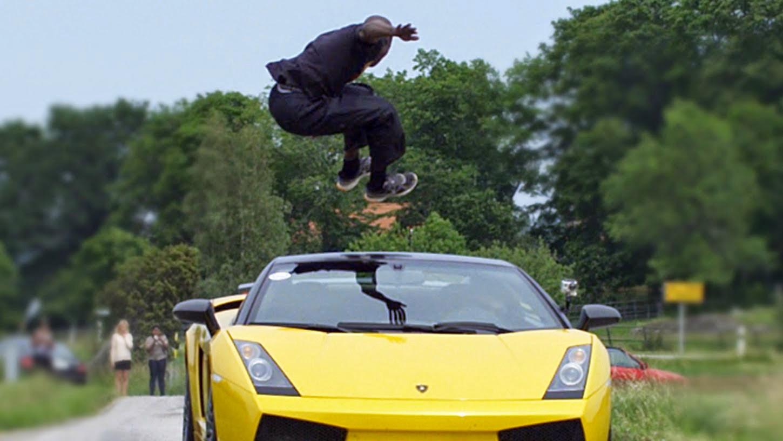 شاهد بالفيديو شاب يقفز فوق سيارة لامبورغيني مسرعة