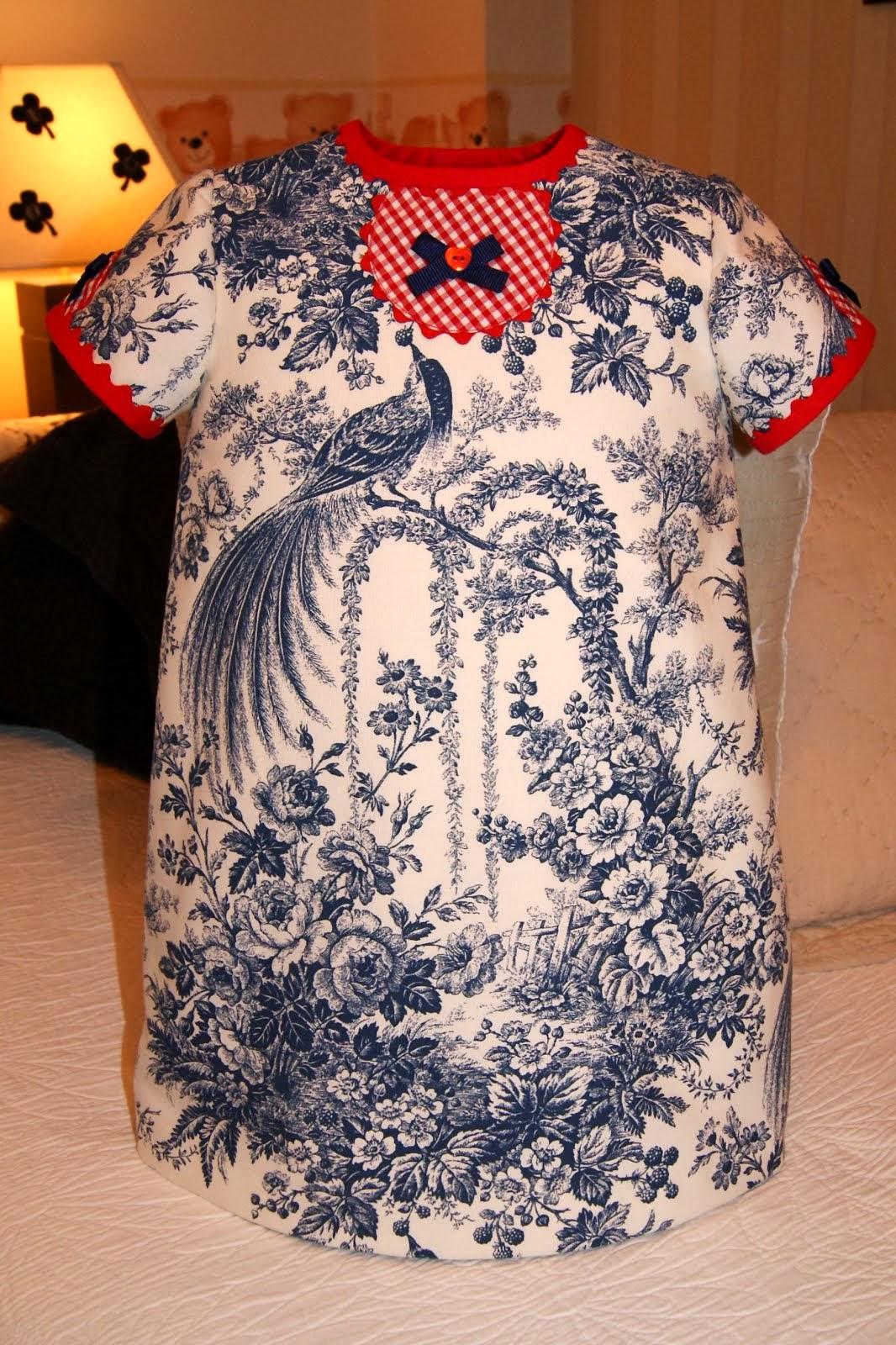 Vestido toile de Jouy azul marino con vichy rojo