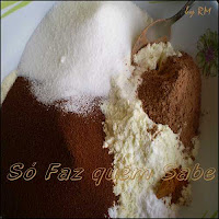 Como misturar os ingredientes em pó para preparar cappuccino.