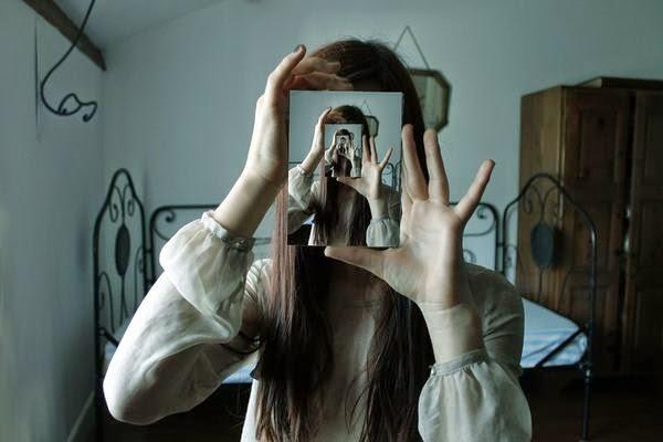 Le reflet de la lune comme en vous contemplant dans un for Comme dans un miroir