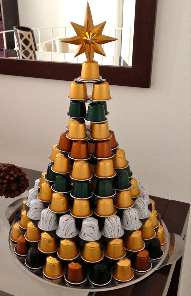 Árvore de Natal feita com reaproveitamento de cápsulas de café