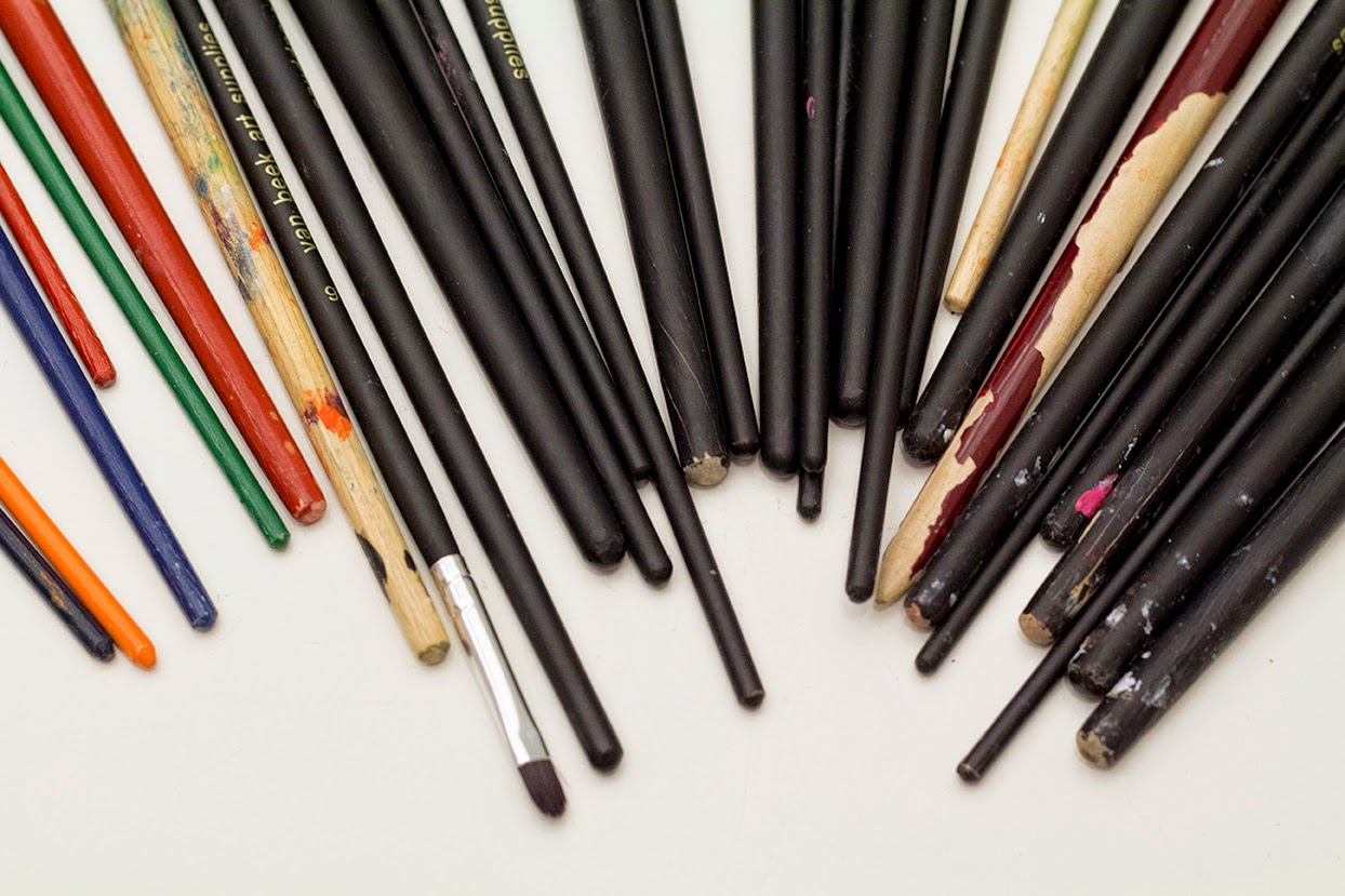 paint brushes in half a circle