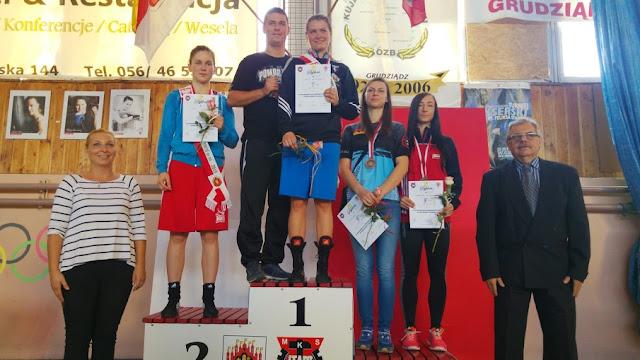Dekoracja zawodnczek w kategorii wagowej do 60 kg - Kinga Szlachcic ze srebrnym Medalem Młodzieżowych Mistrzostw Polski Kobiet w Boksie 2015!
